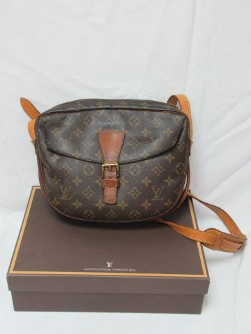 Louis VUITTON Leather and monogrammed fabric messenger bag. 21 x 27 x 6 cm (slig…