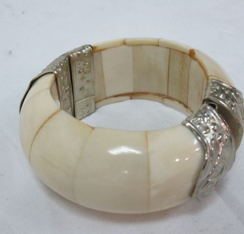Horn and silver plated metal bracelet. Diameter: 7 cm
