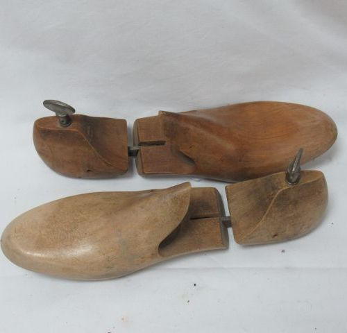 Pair of wooden shoe trees. Length: 23 cm