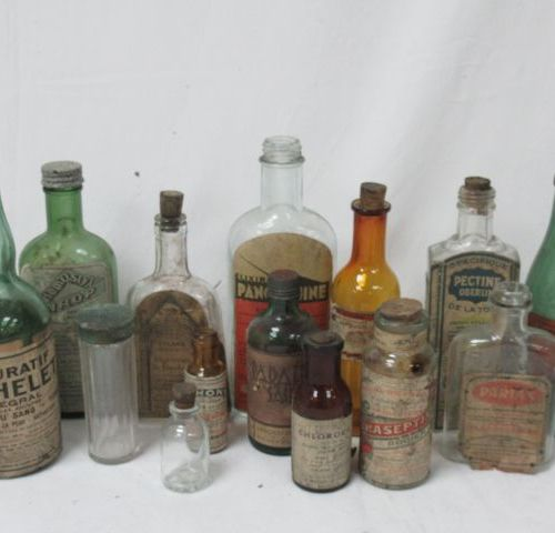 Batch of antique pharmacy bottles. Circa 1920 30. About 17 cm