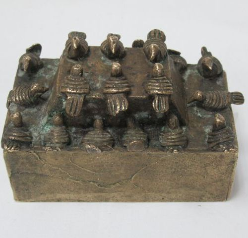 Gilt bronze box, lid decorated with birds. Dimensions : 4 x 9 x 6 cm