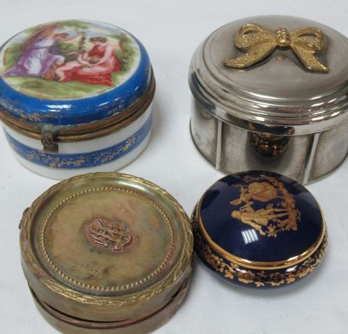 Batch of boxes and pillboxes in silver, brass, porcelain. 4 8