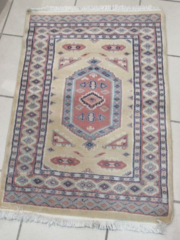 ORIENT Wool carpet, geometrically decorated on a beige background. 90 x 62 cm
