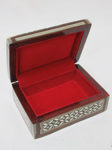 SYRIA Small wooden box inlaid with bone and mother of pearl. 12 cm