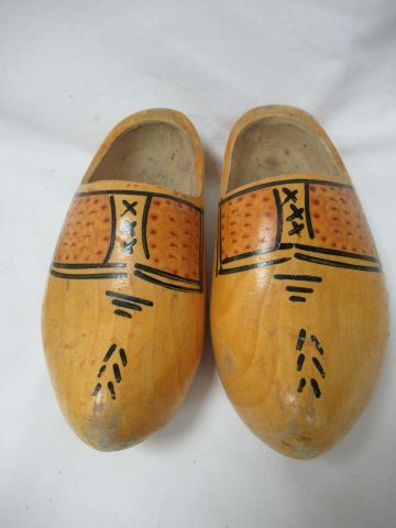 Pair of decorative wooden clogs. 22 cm