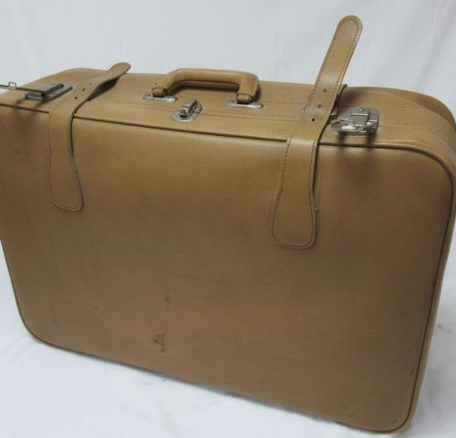 Suitcase in camel imitation leather. Length: 60 cm