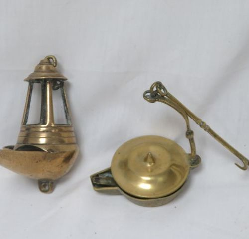 Set of two oil lamps in bronze and brass. 11 13 cm
