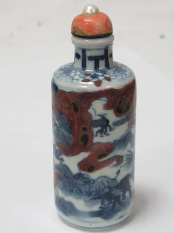 CHINE Tabatière en porcelaine polychrome, bouchon orné d'une perle de culture. S…