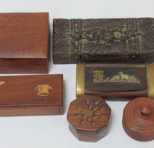Lot de 5 boîtes et piluliers en bois sculpté, dont l'une à décor appliqué de lai…