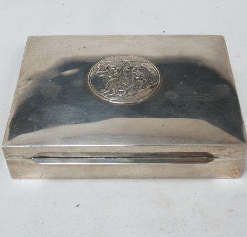 Boîte en bois, gaînée d'argent. Poids brut : 157 g Long.: 11 cm Si vous ne pouve…