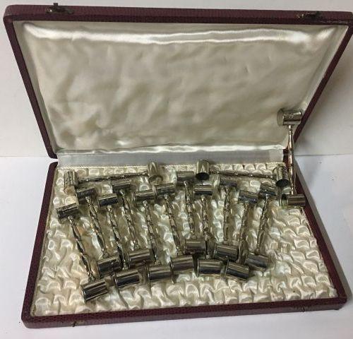 Coffret en galuchat 30x20 cm contenant 14 porte couteaux en métal argenté en for…