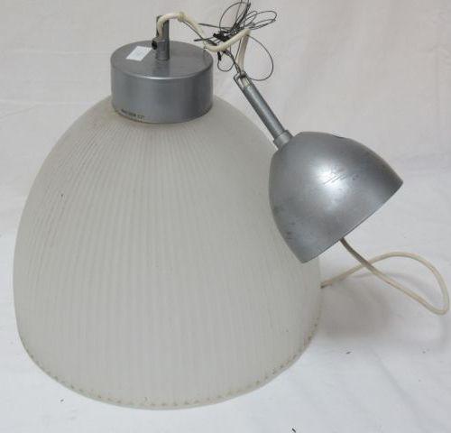 Suspension en métal brossé et verre dépoli. Circa 1980. Haut.: 32 cm Diam.: 34 c…