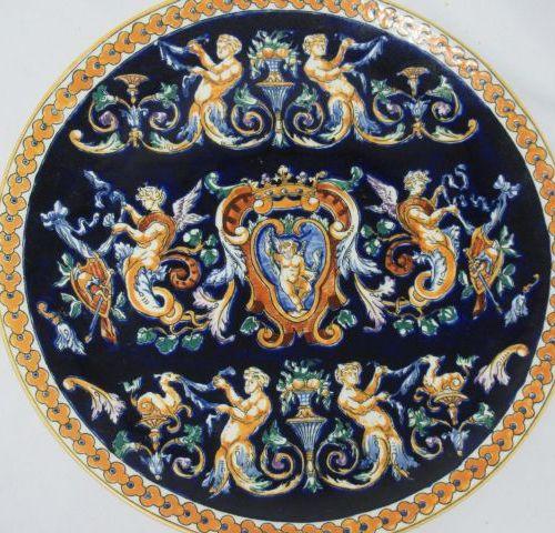GIEN Plat décoratif en faïence, modèle Renaissance. Diam.: 30 cm TBE Si vous ne …