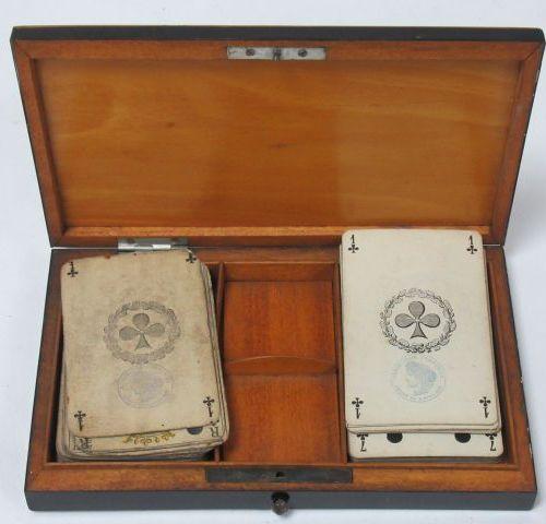 Boîte à jeux de carte en placage d'acajou, intérieur en citronnier. 17 x 11,5 cm…