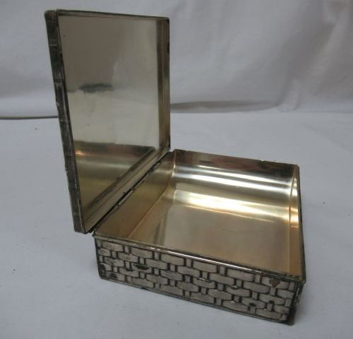 Small silver plated metal box, with basketry decoration. 9 x 12 cm