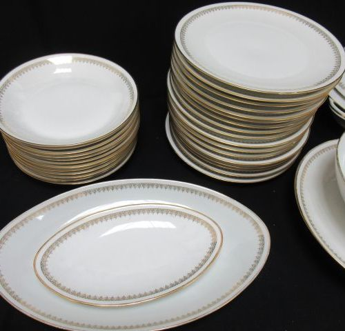 LIMOGES Service in white porcelain, with gold edging. It includes 17 dinner plat…