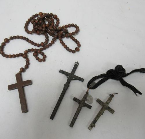 Lot of crosses and a rosary in wood.