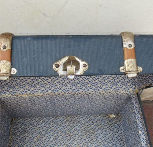 Wood and metal trunk, lined with blue oiled paper. With leather handles. 44 x 74…