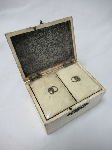 White lacquered wood tea box. 19th century. 8 x 14 x 11 cm With its key.