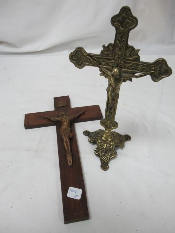 Set of two wood and brass crucifixes. Height: 25 28 cm