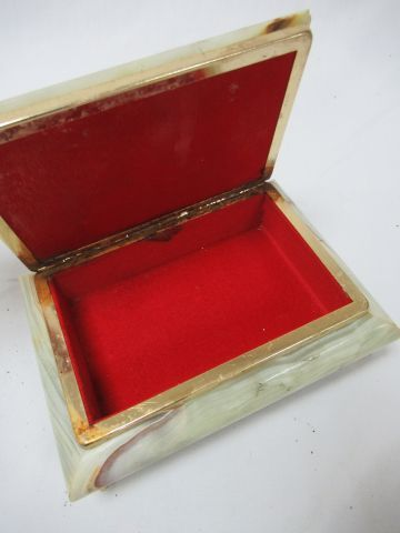Important onyx box. Length: 17 cm (chips)