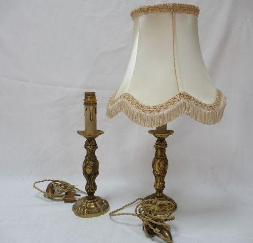 Lot de deux pieds de lampe en bronze décors rocaille, 19 cm de H, on y joint un …