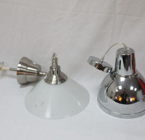 Lot de 2 suspensions, l'une en métal chromé l'autre en verre. (usure) 23 28 cm