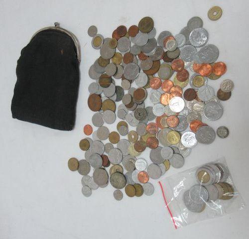 MONDE Fort lot de monnaies.