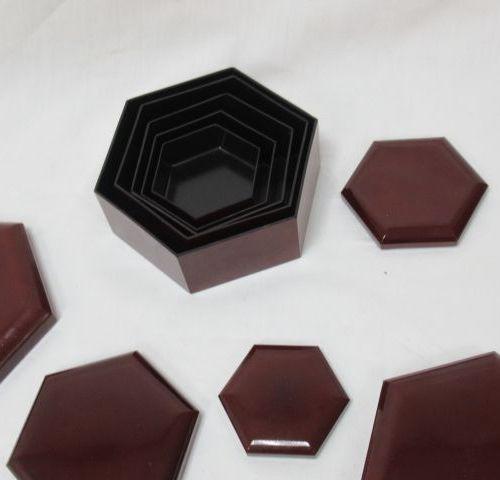 Suite de boîtes gigognes en résine laquée. De 7 à 16 cm.
