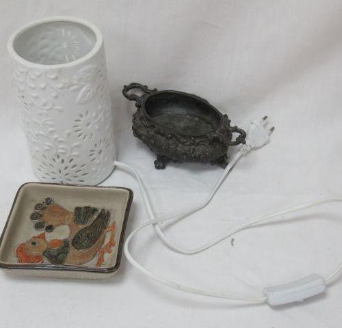 Lot comprenant une lampe en biscuit de forme cylindrique, un vide poche en céram…