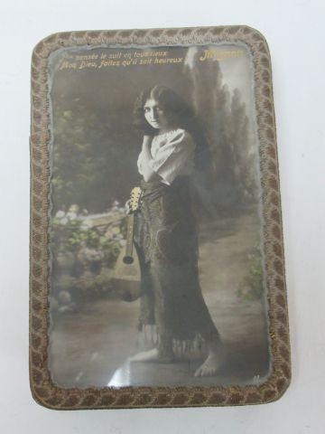 Boîte en carton bouilli, ornée d'une photographie ancienne (sous verre). Début d…