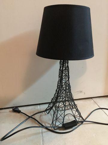 Lampe moderne en fil de métal laqué noir et son abat jour en tissu noir. Le pied…