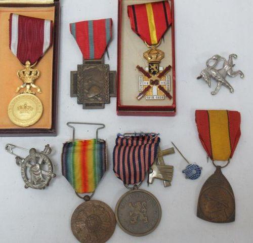 Lot de décorations civiles et militaires en bronze et métal. Environ 4 cm