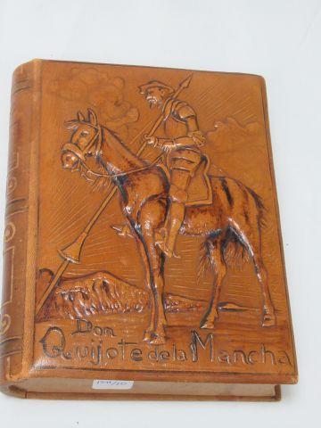 Boîte à cigares en bois et cuir, en forme de livre, à décor de Don Quichotte. 4 …