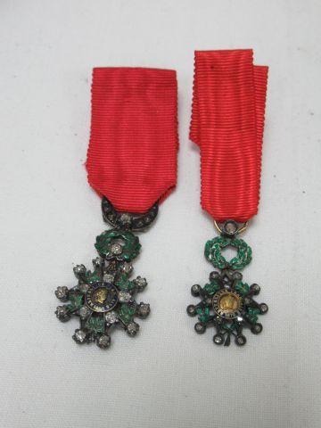 Ensemble de deux insignes militaires en argent émaillé, sertis de brillants. Epo…