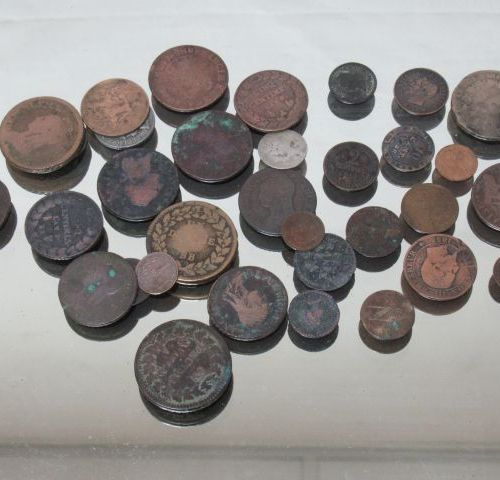 Lot de pièces anciennes en bronze, cuivre et métal. Essentiellement 19e. Etat d'…