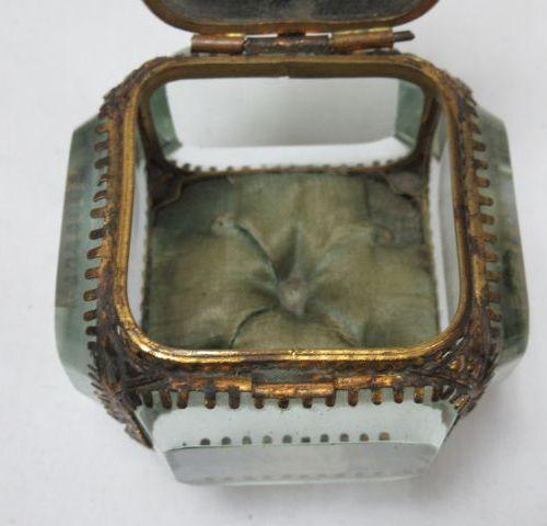 Coffret en régule doré et verre. 6 x 6 cm