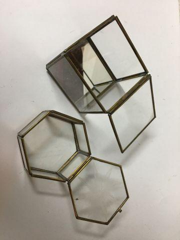 Deux boites vitrines en verre et laiton. L'une carrée avec miroir sur le fond ( …