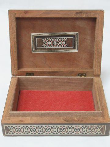 SYRIE Boîte en bois, incrustée d'os et de nacre. 4 x 16 x 12 cm (légère usure)