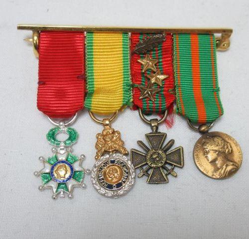"""Suite de 4 décorations militaires miniatures en métal émaillé : """"Légion d'Honneu…"""