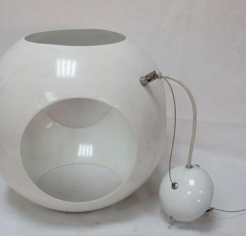 Suspension en métal laqué blanc. 31 cm Circa 1970.