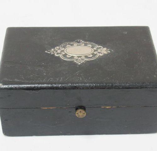 Petit coffret en bois noirci, couvercle orné d'un cartouche en métal argenté. 5 …