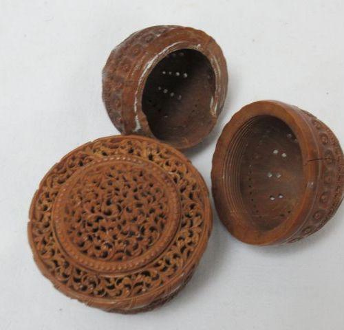 Lot de deux boîtes en bois ajouré. Haut.: 4 cm (petit accident)