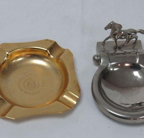Lot de deux cendriers en métal, dont un publicitaire pour les lampes Mazda. 12 c…