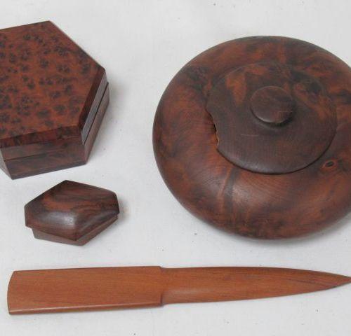 Lot de 3 boîtes en thuya (accident à l'une). On y joint un coupe papier en bois.…