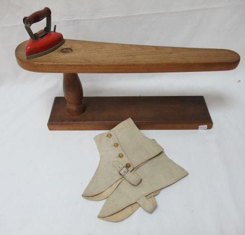 Lot comprenant une petite planche à repasser en bois, un petit fer à repasser an…