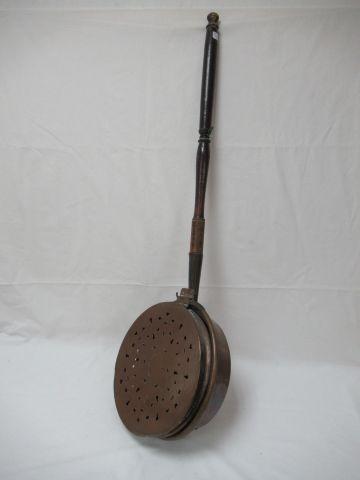 Bassinoire en cuivre, manche en bois. Long.: 93 cm