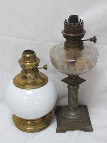 Lot de deux lampes à pétrole, l'une en laiton et opaline, l'autre en étain et ve…