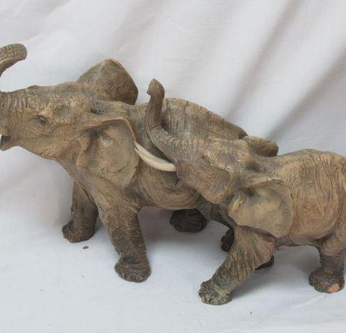 Sculpture en terre cuite patinée, figurant des éléphants. Défenses en résine. 23…