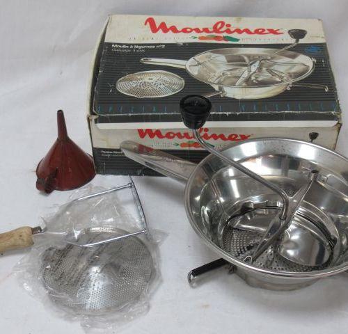 MOULINEX Moulin à légumes en métal. Circa 1970. Neuf, dans sa boîte. On y joint …